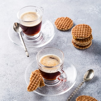 Glastasse kaffee mit sirupwafflesplätzchen