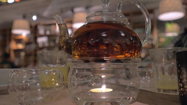 Glasteekanne auf dem tisch im restaurant