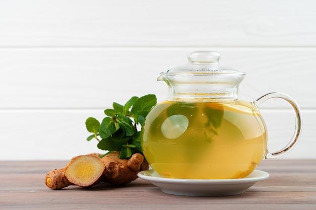 Glasteekanne tee mit ingwer und zitrusfrüchten