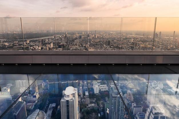 Glasterrasse mit bangkok-stadt auf dachspitze