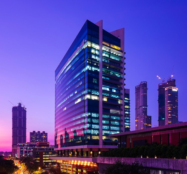 Glasverkleidete wolkenkratzer von zentralmumbai, die die farben des sonnenuntergangs zur blauen stunde widerspiegeln