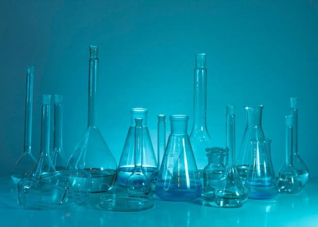 Glaswarenanordnung mit blauem hintergrund