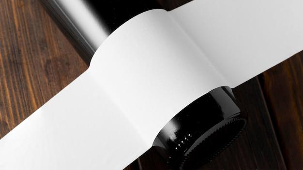 Glasweinflasche mit leerem etikett