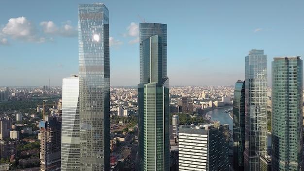 Glaswolkenkratzer vor dem stadthintergrund