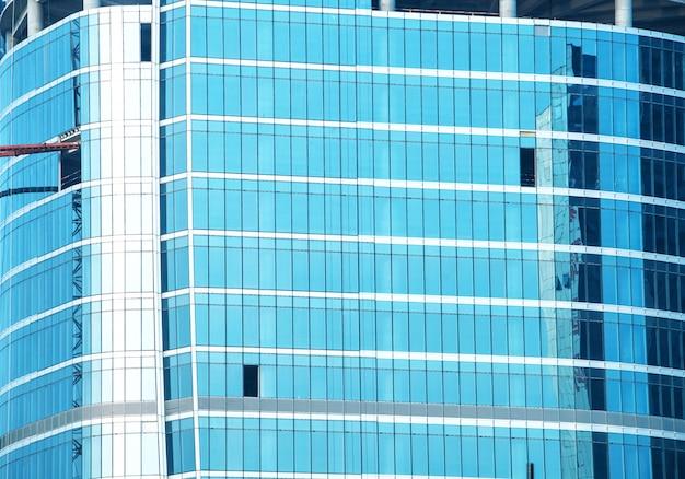 Glaszwischenwand des modernen bürogebäudes