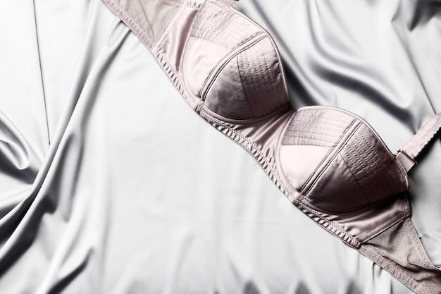 Glatte, elegante graue seide oder satinierte textur kann als abstrakter hintergrund verwendet werden. luxuriöses hintergrunddesign