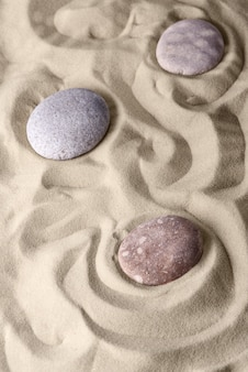 Glatte linien auf dem sand und runden steinen