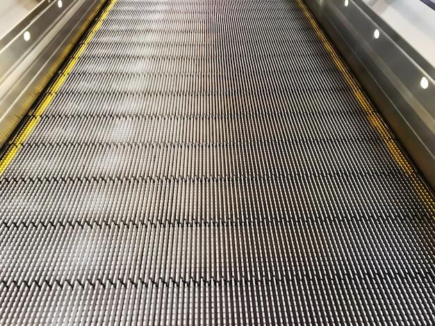 Glatte rolltreppe für einkaufswagen im mall oder im flughafen.