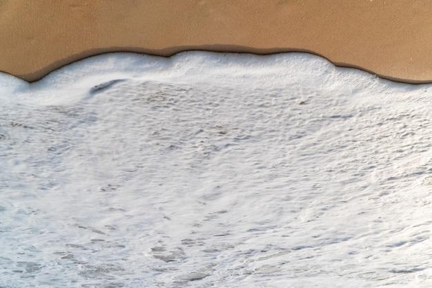 Glatte welle am weißen sandstrand
