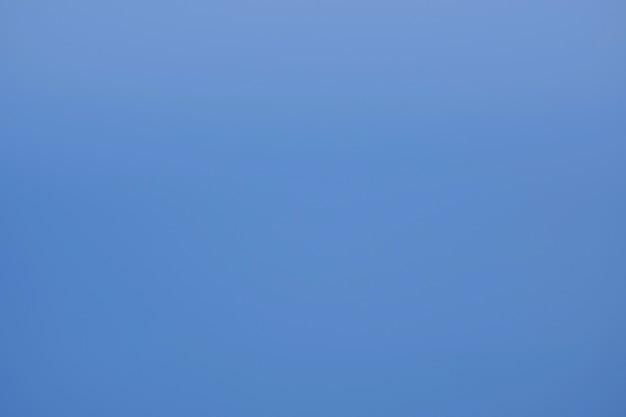 Glatter farbverlaufshintergrund, klare leere blaue textur für text. abstrakter blauer himmel
