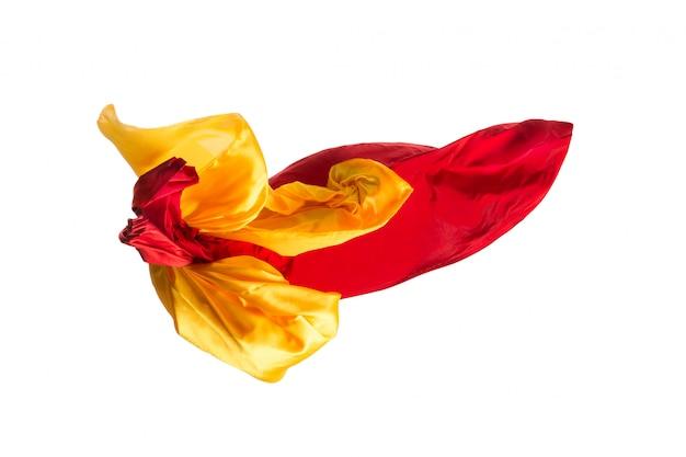 Glattes, elegantes, transparentes, gelbes, rotes tuch an der weißen wand.