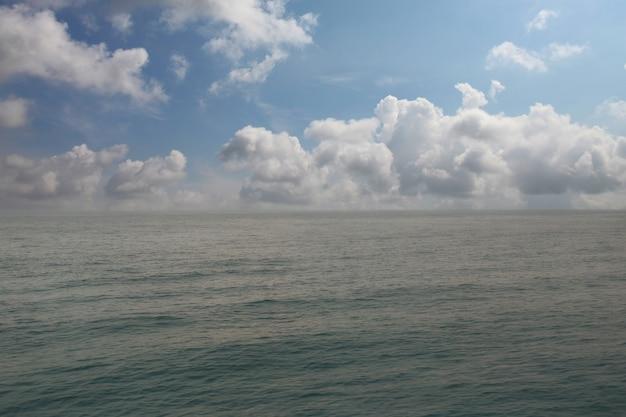 Glattes meer und blauer himmel tagsüber mit klarer luft für das design in ihrem arbeitskonzept.