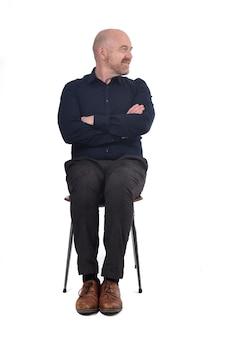 Glatzkopf, der auf weißem hintergrund sitzt