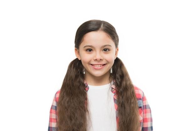 Glauben sie an das, was ihr haar leisten kann. kleines mädchen mit stilvoller pferdeschwanzfrisur. kleines kind mit brünetten haaren. nettes mädchen mit langer frisur. kleines haarmodell mit beauty-look. friseursalon für kinder.