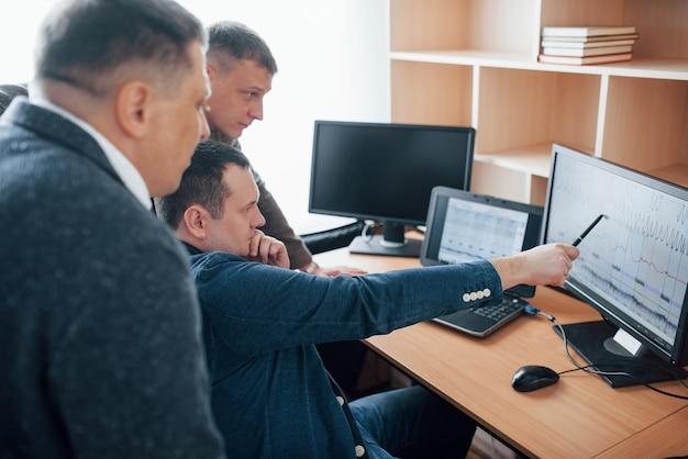 Glaubst du, es gab eine lüge? polygraph-prüfer arbeiten mit seiner ausrüstung im büro
