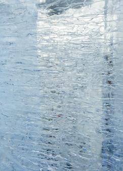 Glazialer transparenter eisblock (nahaufnahme) mit interessanten zeichnungen und mustern. hintergrund.