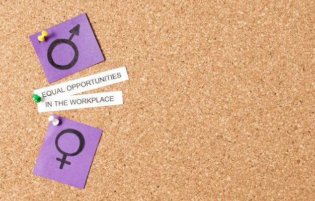 Gleicher lohn und gleiche rechte am arbeitsplatz zwischen geschlechtssymbolen kopieren raum