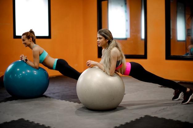 Gleichgewicht finden in einem fitnesskurs