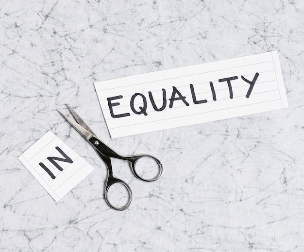 Gleichheits- und ungleichheitskonzept auf marmor