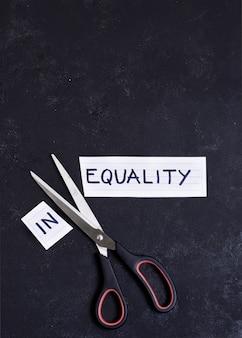 Gleichheits- und ungleichheitskonzept auf schwarzem hintergrund
