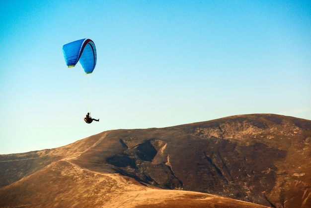 Gleitschirm fliegt über die berge