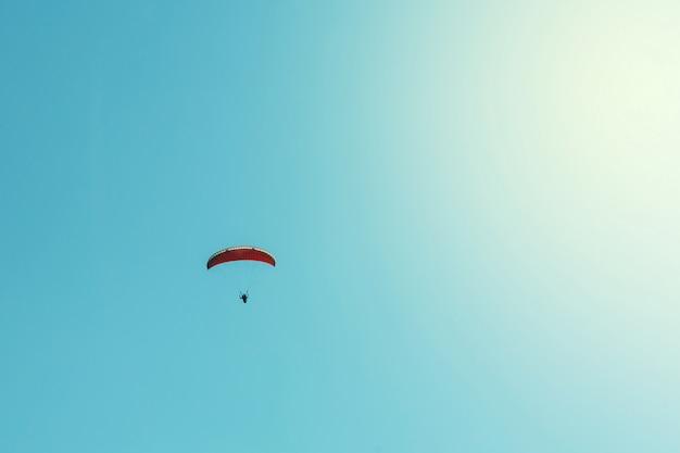 Gleitschirm und klarer blauer himmelhintergrund