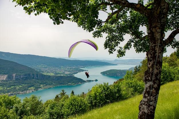 Gleitschirme mit parapente-springen von col de forclaz bei annecy in den französischen alpen in frankreich.