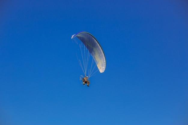Gleitschirmfliegen am blauen himmel
