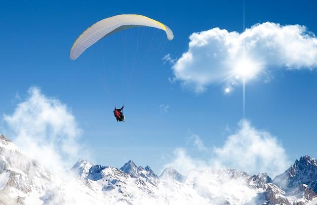 Gleitschirmfliegen am himmel