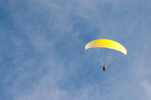 Gleitschirmfliegen im blauen himmel