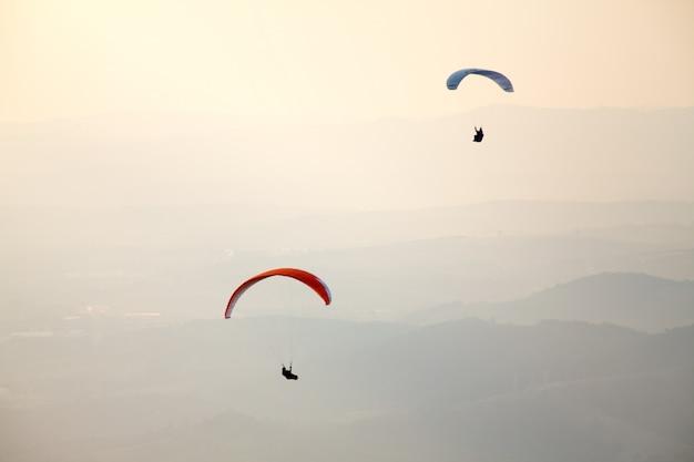 Gleitschirmfliegen im brasilianischen himmel