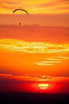 Gleitschirmfliegen im sonnenuntergang