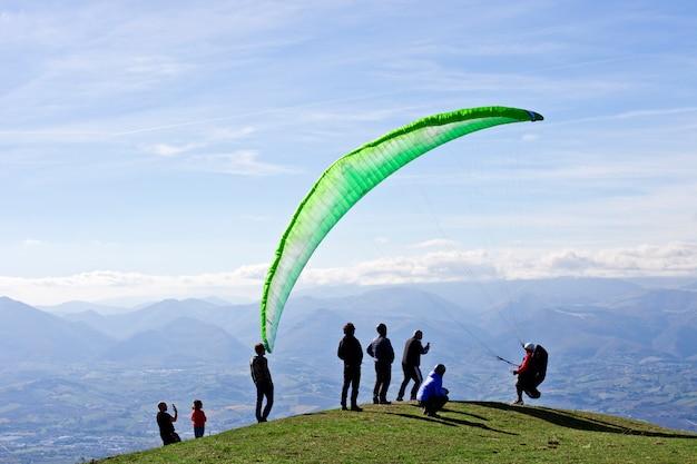 Gleitschirmfliegen in den bergen, marken, italien.