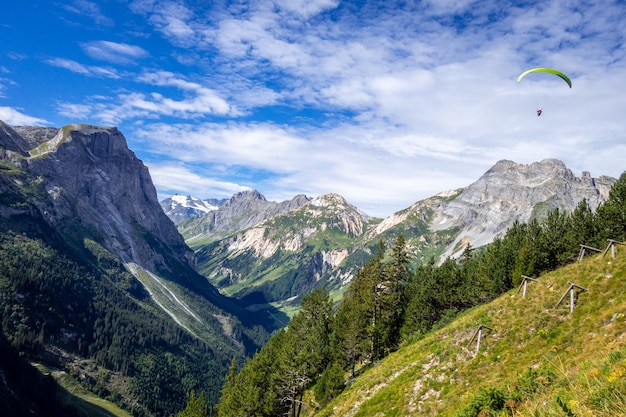 Gleitschirmfliegen über den pralognan-bergen in frankreich