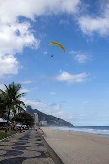 Gleitschirmfliegen über den strand von rio de janeiro