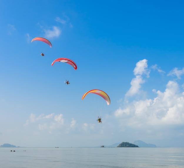 Gleitschirmfliegen über pak meng beach in der provinz trang, thailand