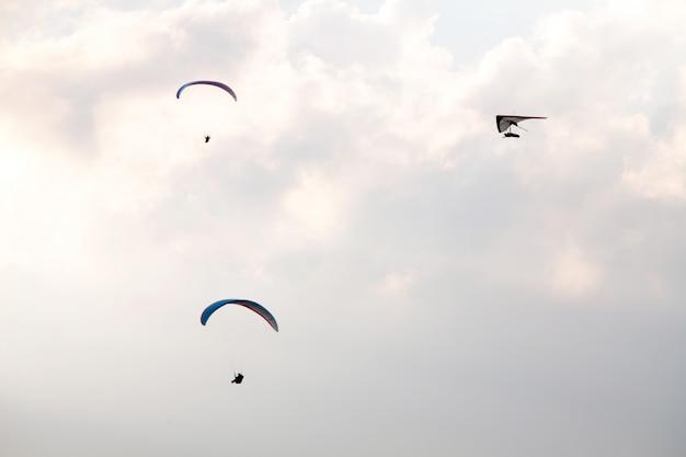 Gleitschirmfliegen und drachenfliegen im brasilianischen himmel