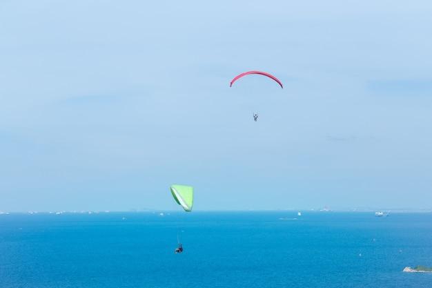 Gleitschirmfliegen zwei durch das meer und den schönen himmel, koh lan pattaya thailand