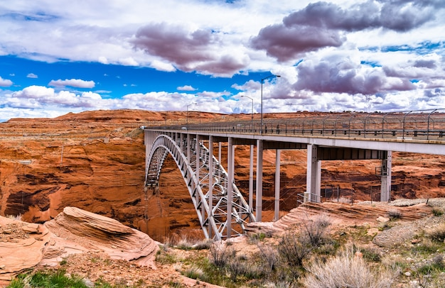 Glen canyon dam bridge, eine stahlbogenbrücke über dem colorado river in arizona, usa in