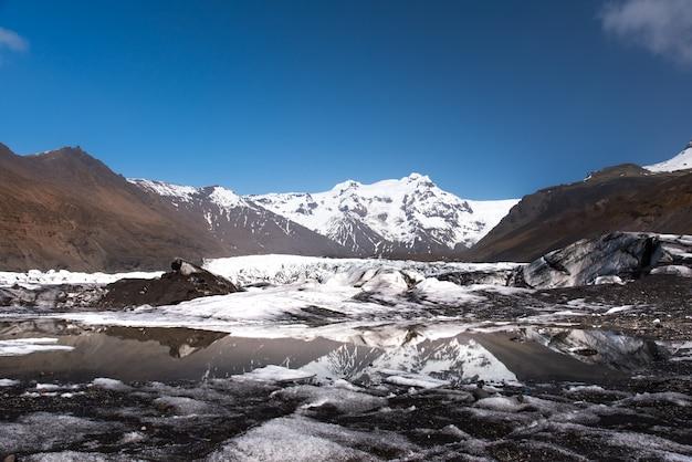 Gletscher an sonnigem tag islands mit reflexion auf dem see