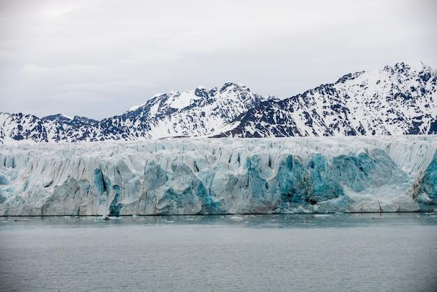 Gletscher auf spitzbergen, arktis - blick vom expeditionsschiff
