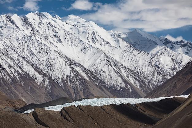 Gletscher im karakorum-gebirge shimshal-region trockene landschaft hochwertiges foto