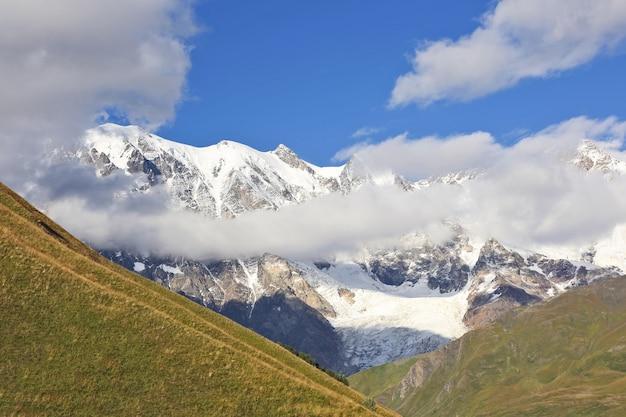 Gletscher im kaukasus in der gebirgslandschaft von georgia