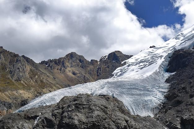 Gletscher-rückzug des schneebedeckten huaytapallana