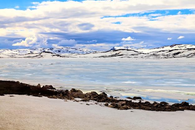 Gletscher, schneebedeckte berge und niedrige wolken