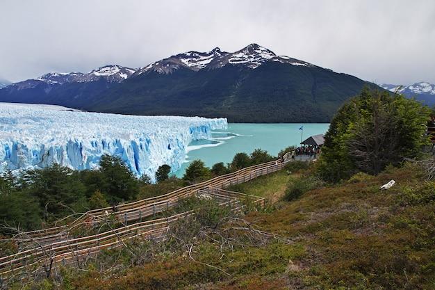 Gletscher und see in der nähe von bergen in argentinien