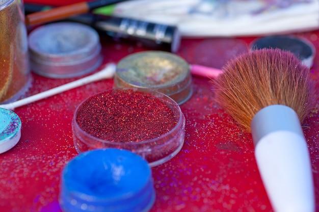 Glitzer, farben und pinsel