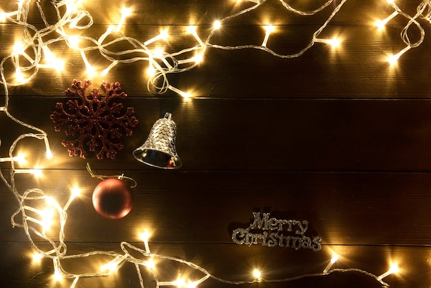 Glitzernde wärme licht in schönen weihnachtslichtern