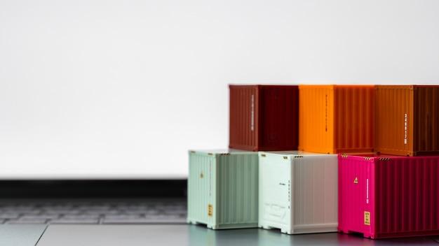 Globales geschäft container frachtschiff in import export geschäft logistik, unternehmen versand lieferung und logistik technologie geschäft industrie, container auf computer laptop notebook selektiven fokus.