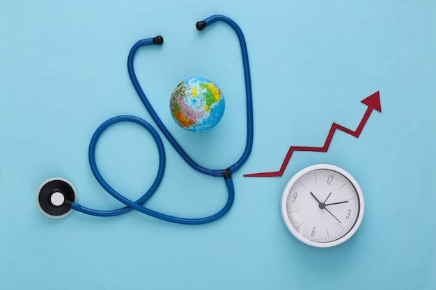 Globales medizinkonzept. stethoskop mit globus, uhr und wachstumspfeil auf blau